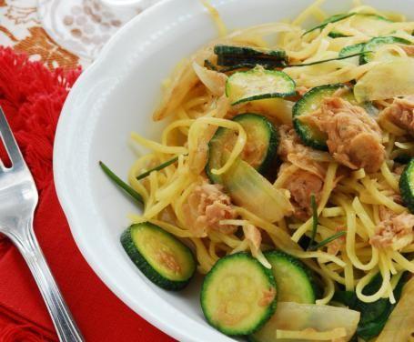 Se avete poco tempo ma volete preparare un primo piatto gustoso, provare la ricetta della pasta zucchine e tonno potrebbe essere la soluzione più adatta.