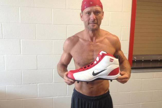 At 45, Tim McGraw puts men half his age to shame with that physique.