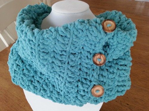 This crocheted tube is the perfect and ideal accessory for any outfit, warm and comfortable!  It's made with velvet soft yarn color  in teal color attached with four wood buttons.   Made with velvet y