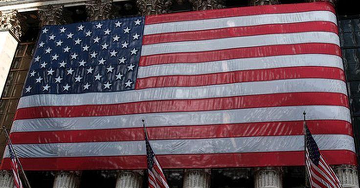 Diferencia entre AMEX, NYSE, & NASDAQ. Los inversionistas bursátiles tienen una gran variedad de opciones y estrategias disponibles en su búsqueda de utilidades, así como numerosos mercados de valores de donde elegir. Las acciones de las empresas de los EE.UU. pueden encontrarse en uno de los siguientes tres mercados de valores: American Stock Exchange (AMEX) o Bolsa de Valores de ...