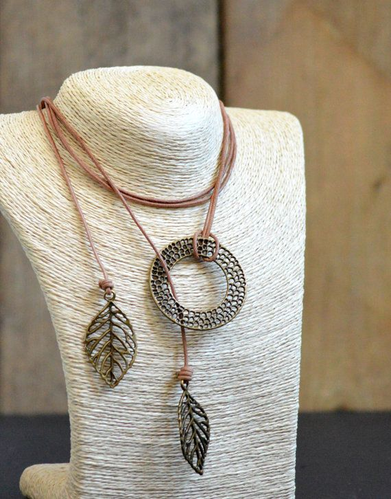 Collier modifiable long ou court, 2 dans 1 (Lasso / Y) lacet cuir beige sable, feuilles et anneau bronze antique par Amalgame bijoux en cuir