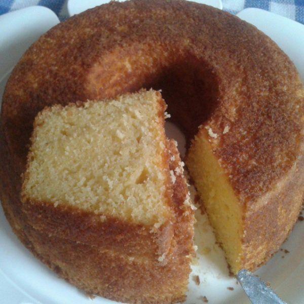 O Bolo de Milho com Fubá é um bolo de milho especial, pois além de fubá, leva coco ralado e queijo parmesão ralado, por isso ele fica divino. Não perca!