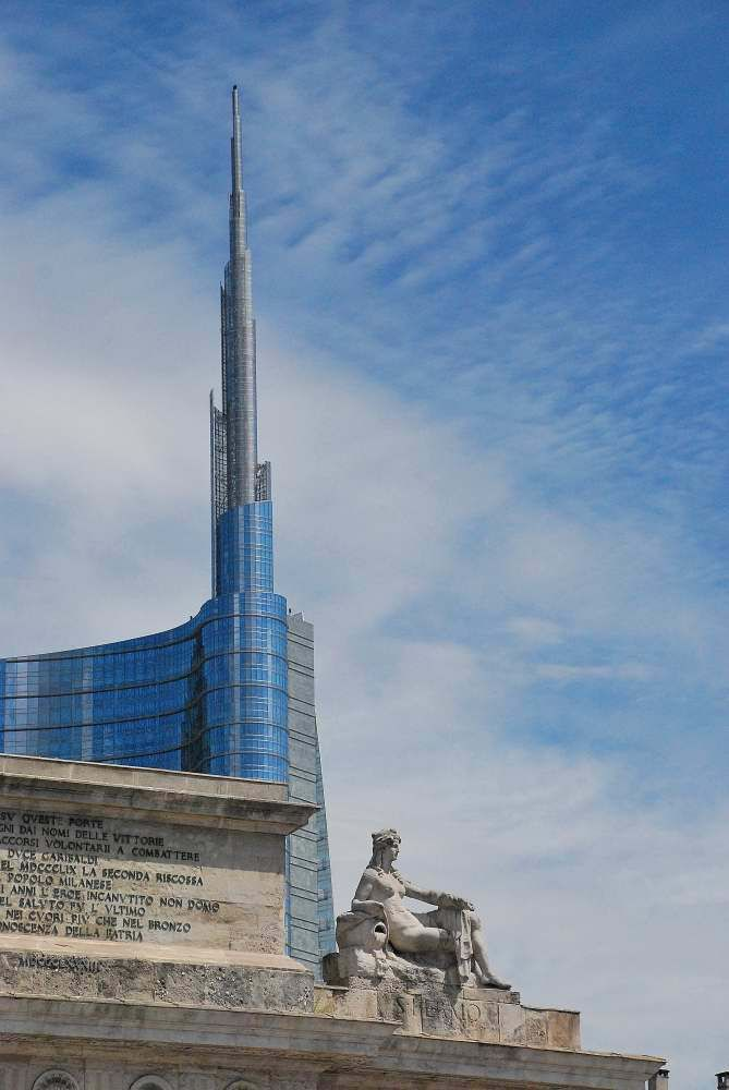 Unicredit tower, behind Porta Volta