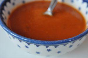 Hjemmelavet tomatsuppe med løg, basilikum og tomatpure