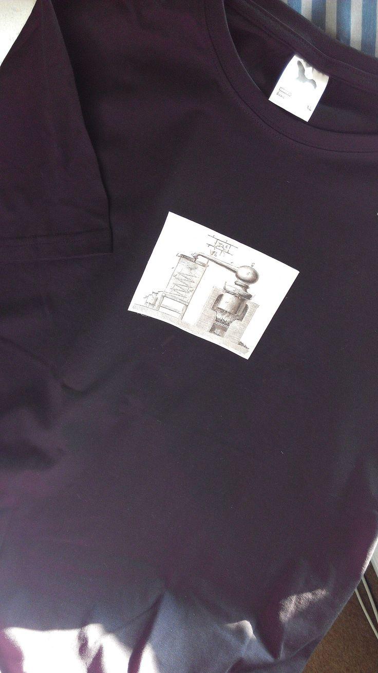 Pánské triko destilační :-) tisk na kvalitním tričku gramáže160 g/m2, 100 %bavlna, velikost XL, obvod přes prsa 116, délka 78cm praní na 40°C béžové