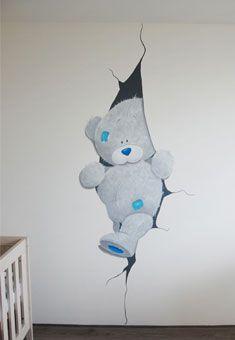 Grote Me 2 You beer die uit scheur in babykamer stapt. Gemaakt door BIM Muurschildering.  Me 2 you mural painting nursery