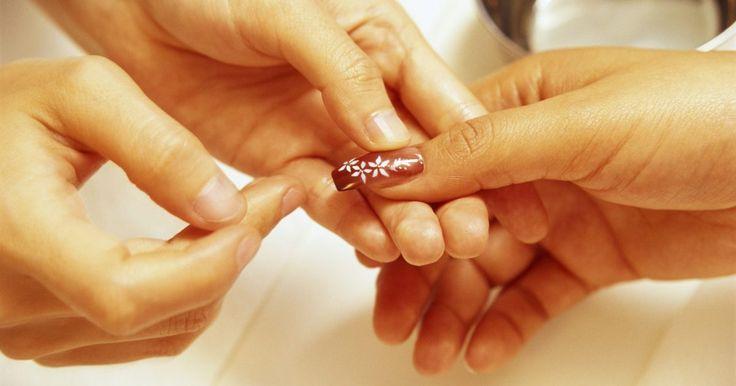 Cómo despegar uñas pegadas con Super Glue. Las uñas falsas te permiten cambiar la apariencia de las uñas para una ocasión especial. Cuando el evento terminó y es momento de retirar las uñas falsas, deberías saber qué hacer para no dañar tus uñas naturales. Retirar las uñas falsas que fueron pegadas con Super Glue puede ser todo un desafío, pero se puede lograr si se utiliza la debilidad ...