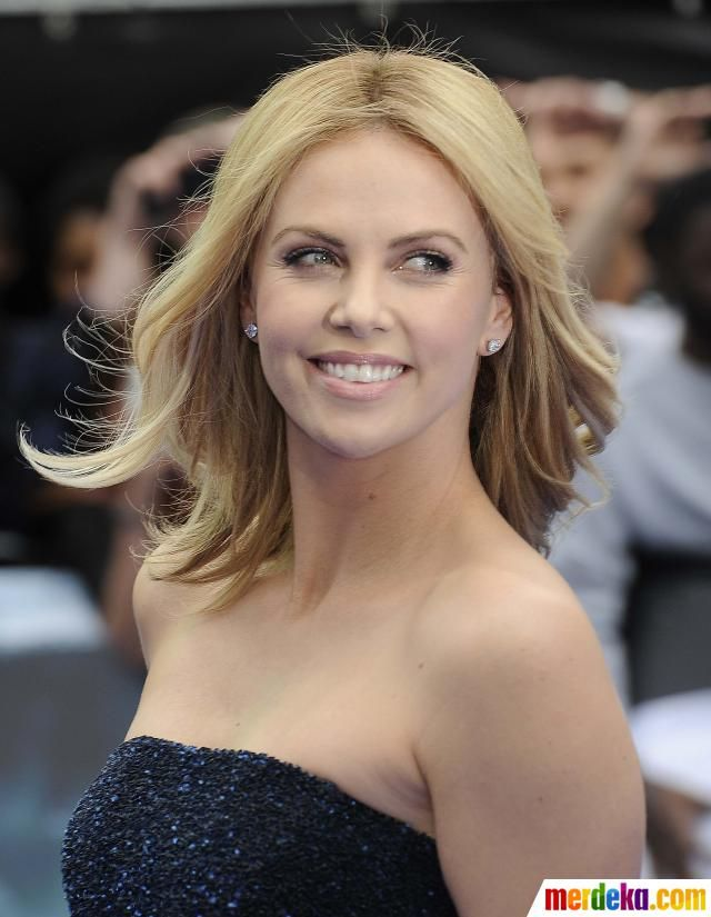 Senyum menawan aktris Afrika Selatan, Charlize Theron saat pemutaran perdana film 'Prometheus' di London.