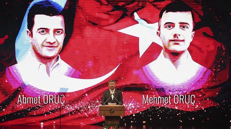 """Cumhurbaşkanı Erdoğan, Gölbaşı'ndaki bombalı saldırıda şehit düşen ikiz polis memurları Ahmet ve Mehmet Oruç'un babası Ali Oruç, şehit evlatları için yazdığı şiiri okurken gözyaşlarına hakim olamadı. Cumhurbaşkanlığı Külliyesi'nde Beştepe Millet Kongre ve Kültür Merkezi'nde, """"15 Temmuz Şehitleri Anma Programı"""" düzenlendi.   #15 temmuz #15 Temmuz Şehitleri #anma programı #Cumhurbaşkanı Erdoğan #Destan"""