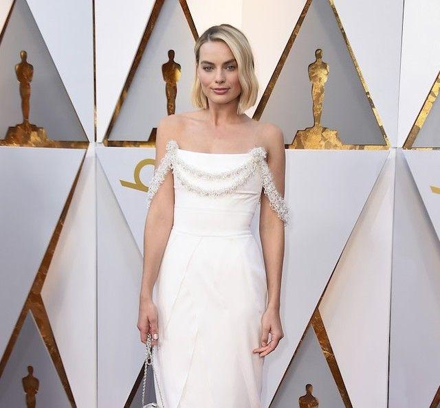 Margot Robbie nominada a mejor actriz por Yo Tonya ha elegido para su gran noche un vestido blanco de @chanelofficial con escote palabra de honor de lo más femenino. #trendencias #margotrobbie #chanel #Oscars #alfombraroja #redcarpet #dress #vestido #moda #fashion #Oscars2018 #redcarpet