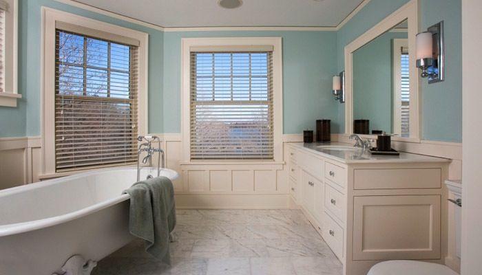 witte cottage badkamer met hout en blauw