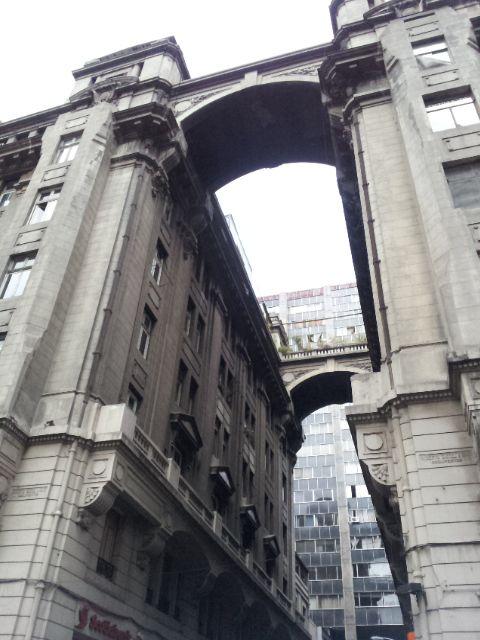 Edificio e Calle Santo Domingo, el mismo de la anterior fotografía. Lo genial son los arcos que unen ambas partes. En la perspectiva no se nota la altura, Sí en Santiago hay edificios as{ de cool, solo hay que buscarlos