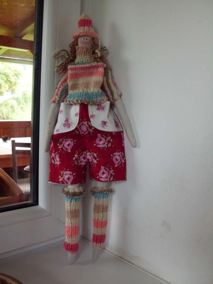 trošku větší Tilda v pleteném....