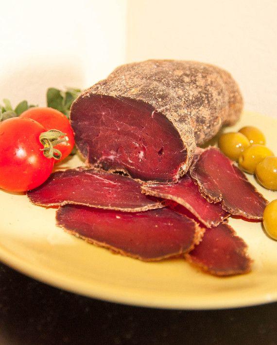"""Вяленая говядина """"Филе Миньон"""". Вяленое мясо приготовленное из особой части туши быка - миньон. В одной туше быка всего 1,5 - 2 кг этого мяса. Эта мышца не несет ни какой нагрузки, поэтому блюда из этого мяса получаются мягкими и сочными. Время выдержки данного мяса 16 дней."""