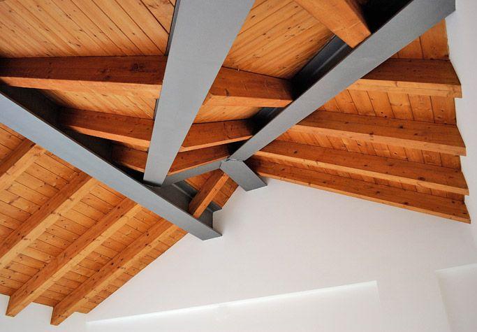 Ponte d'Arena Attico - loft bilocale di ampia metratura caratterizzato da un particolare disegno della copertura con travi in legno che regala un'atmosfera calda ed accogliente.