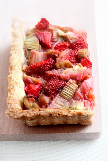 Crostata con rabarbaro e fragole