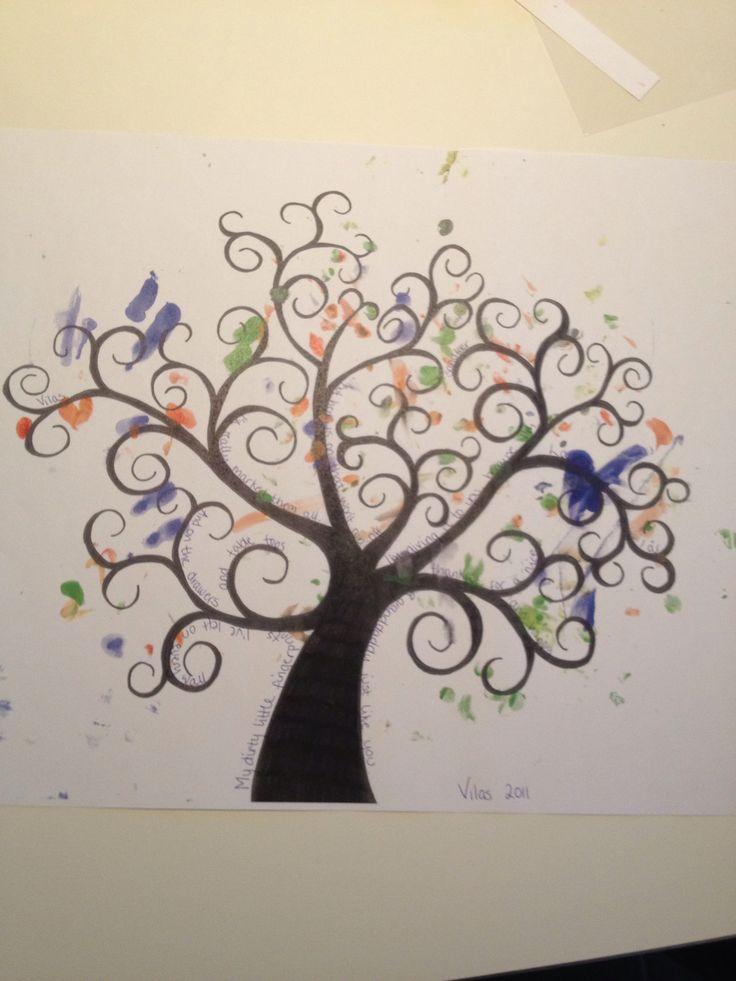 Fingeraftrykstræ Tegnede et træ i fri hånd, V satte sine fingeraftryk på i forskellige farver, og der er skrevet et digt rundt om træet