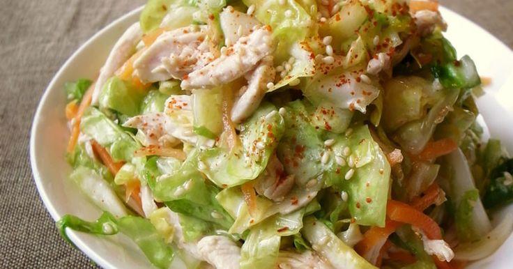 本掲載、600レポ感謝★レンジ加熱の裂いた鶏胸肉がタップリ入ったおかずサラダです。さっぱりな中華ダレでお野菜がモリモリ!