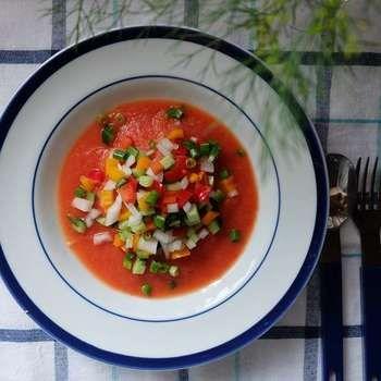 カラーピーマンやきゅうりなどの綺麗な色を生かした、カッペリーニのガスパチョ風冷製パスタ。トマトジュースをベースに使った冷たいスープを作る簡単レシピです。カッペリーニに盛る具やスープはあらかじめ冷蔵庫で冷やし、できたてを食べるのがおすすめ!