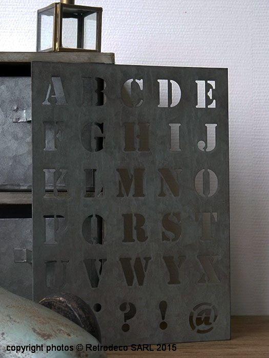 Déco d'ambiance atelier avec ce petit pochoir en métal patiné à utiliser pour toutes vos créations. Il peut également être détourné et être déplacé au mur pour un bel effet déco d'ambiance atelier. Une création Ib Laursen.