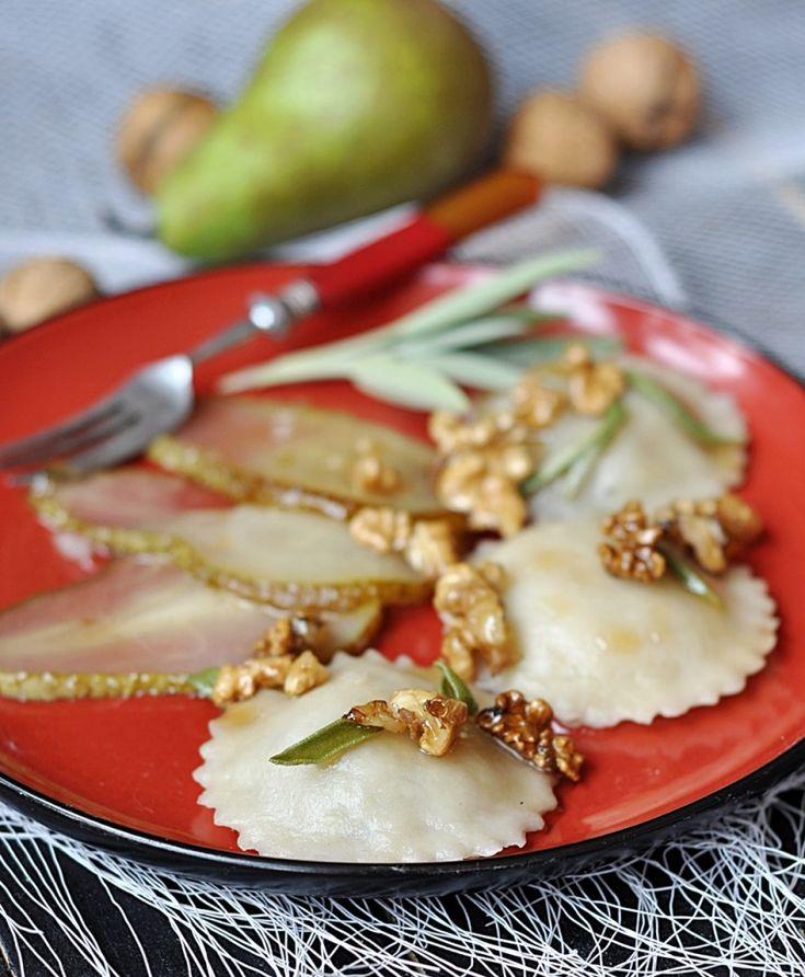 Pierogi na słodko z karmelizowanymi gruszkami i orzechami