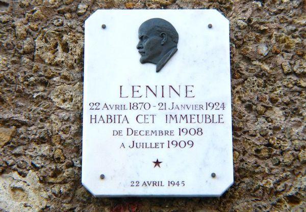 Après avoir été emprisonné (1895-1896), puis exilé en Sibérie (1897-1900), Lénine séjourne dans plusieurs pays européens, étroitement surveillé par la police tsariste. En 1908, il s'installe à Paris, d'abord dans le quartier du Panthéon, puis dans un appartement bourgeois au 24, rue Beaunier, dans le 14e arrondissement, où il vit avec sa femme Nadejda, sa belle-mère, et sa soeur Maria.