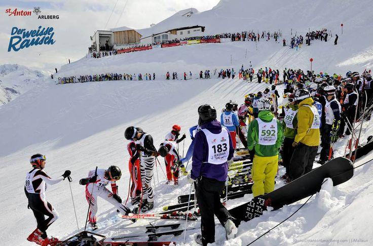 Der Weiße Rausch - das legendäre Skirennen mit Massenstart in St. Anton am Arlberg. Von der Valluga geht es nach dem Anstieg auf das Valfagehrjoch an der Ulmerhütte vorbei nach St. Anton am Arlberg - 9 anstrengende Kilometer durch Frühlingsschnee und über Buckelpisten!