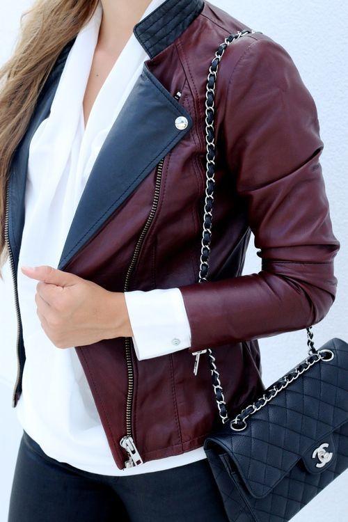 Chemisier à manches longues en soie blanc  — Veste motard en cuir bordeaux  — Sac bandoulière en cuir matelassé noir  — Jean skinny noir
