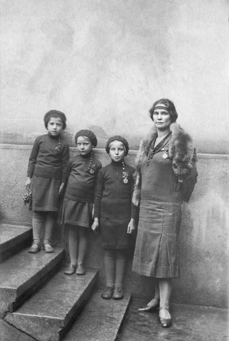 Milunka Savić, najodlikovanija žena u istoriji vojevanja sa cerkama posle rata - Milunka Savić, the most awarded female combatant in the history of warfare, WWI  - with her daughters after the war