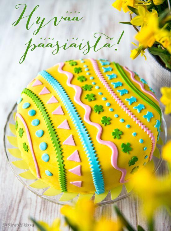 Keväällä saa värit räiskyä! Tämän kakun voi ajatella yhtä isona maalattuna pääsiäismunana. Keltainen luo voimakkaan pääsiäisen fiiliksen ja koristeissa voi sitten hersytellä muilla väreillä. Pääsinpä heti koekäyttämään myös uutta vaaleanturkoosia vaniljamassaa, hih!