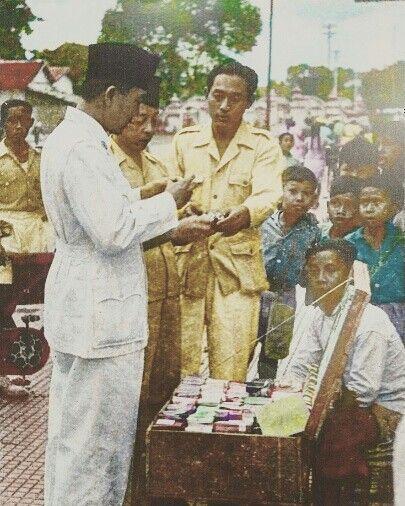 BLUSUKAN Presiden Soekarno tengah berbicara dengan pedagang di kawasan Alun-alun Utara Yogyakarta, Desember 1947. (IPPHOS - Antara Foto). Colored by Ahmad Jazuli