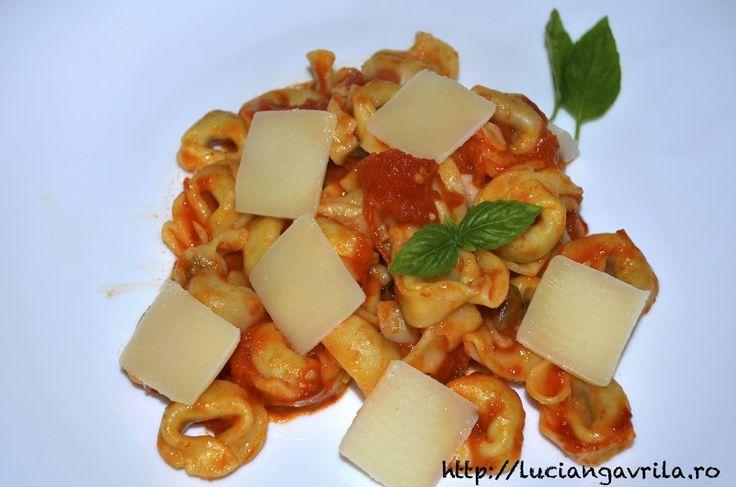 Paste cu sos de roșii, usturoi și busuioc + extra parmezan