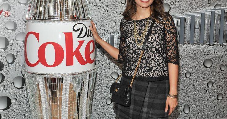 Cómo invertir en acciones de Coca Cola. Coca Cola es una de las marcas más reconocidas en el mundo. Coca Cola fabrica y embotella bebidas gaseosas, agua embotellada, tés fríos y jugos. En su historia, la compañía Coca Cola ha intentado que sus acciones sean económicas. La empresa dice haberlas dividido más de 10 veces. Estas divisiones han resultado en una duplicación o triplicación de ...