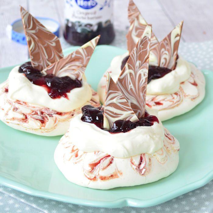 Deze mini pavlova's met kersenjam en chocola zijn perfect voor de feestdagen. Ze zijn ook goed voor te bereiden, ik vertel je hoe!