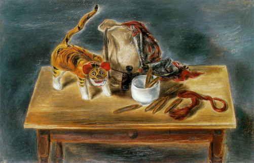 日本の張子の虎とがらくた Japanese Toy Tiger and Odd Objects 1932年 85.3x125.7cm 油彩/カンヴァス 福武書店蔵   明治39年(1906)、17才で渡米して以来、国吉は日本を、ふるさと岡山をどのように思い、懐かしんでいたのか。国吉の郷里岡山に暮らす人間として常々気にかかる点であった。  彼と同じ年、明治22年(1889)5月、国吉の生まれた出石町とはちょうど後楽園をはさんで旭川の対岸の古京町に生まれた随筆家の内田百聞も、東大独文科入学以来、国吉同様、岡山には生涯一度しか帰ってこなかった。しかし、百聞のふるさと岡山への複雑な心情は、彼の随筆から多くを推し測ることができる。百聞は死の間際まで、彼が生まれ育った当時の岡山を痛々しいほどに懐かしみ涙している。  アメリカという異国の地で、生涯彼の地の市民になりきろうと努力した国吉の、祖国日本、あるいは郷里岡山への思いもまた複雑であったであろう。たと
