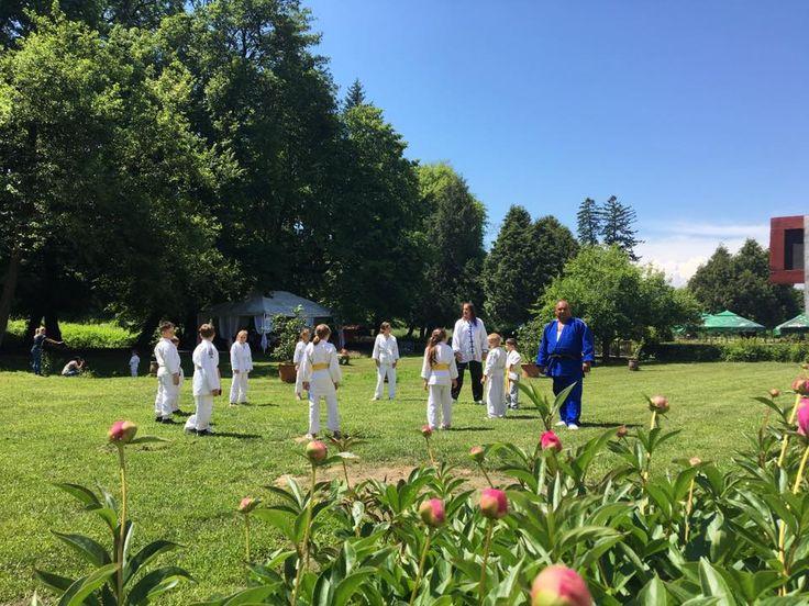 Ne bucuram sa il avem din nou in vizita la Avrig pe marele Maestru Manfred Seiler, care va participa si la antrenamentele echipei locale de judo indrumate de Domnul antrenor Stefan Radulescu. In curand va fi prezentat calendar de cursuri in Arta Autoapararii care vor avea loc periodic la Palatul Brukenthal din Avrig