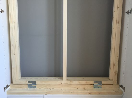 The bed frame with hinges to attach it to the bottom-met deurscharnieren onderaan vastmaken