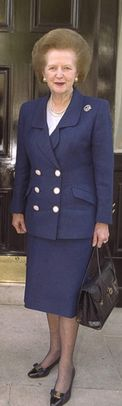 The Iron Lady, Margaret Thatcher. Zij is vaak te zien geweest in donkerblauwe mantelpakjes, en ook het kapsel was haar personal brand. Dat alles om haar mannetje te staan, uiteraard.