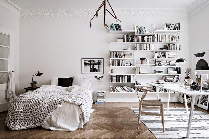 Diese lichtdurchflutete, gemütliche Wohnung in Göteborg vereint Schlafzimmer mit Büro. Ein Traum in weiss!