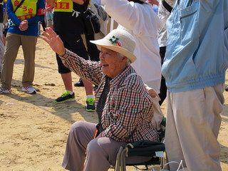 沖縄は梅雨に入っているのだが、今日は好天に恵まれた。東コースの行進団は午前中、辺野古・久志の集落を抜けて国道330号線を南下。宜野座村潟原(かたばる)のガソリンスタンドそばで休憩をとったあと、宜野座村役場まで歩いた。反住基ネットのメンバーと一緒に行進に参加し、村役場横の広場で昼食をとって名護に戻った。- 海鳴りの島から | 5.15平和行進始まる