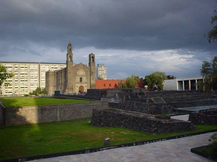 Un lugar con mucha historia: La plaza de las 3 culturas -  Ciudad fundada poco tiempo después de Tenochtitlán (1325). Fue el centro comercial más importante del México Prehispánico. Aquí se desarrolló un enorme mercado donde los productos se intercambiaban uno por otro, o bien, cambiándolos por cacao, oro en polvo o habichuelas de cobre que funcionaban como una especie de moneda. En el Museo de Antropología puede apreciarse una maqueta de éste mercado.    Las ciudades de Tenochtitlán y…