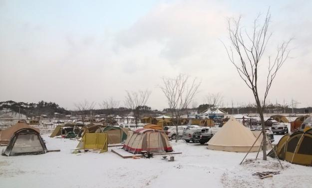 승촌공원 오토캠핑장 이용은 '4대강이용도우미(www.riverguide.go.kr) 홈페이지를 통해 예약하면 된다.    영산강 자락(광주~나주 경계)에 위치한 남구 승촌동 승촌공원 오토캠핑장이 주말마다 겨울의 정취와 가족단위 힐링캠핑을 즐기려는 캠퍼들로부터 인기를 모으고 있다.    광주광역시(시장 강운태)에 따르면, 승촌공원 오토캠핑장이 광주도심에서 30분 이내로 가깝고 하루일과를 마친후에도 충분히 이동할 수 있어 캠핑에 안성맞춤이다.