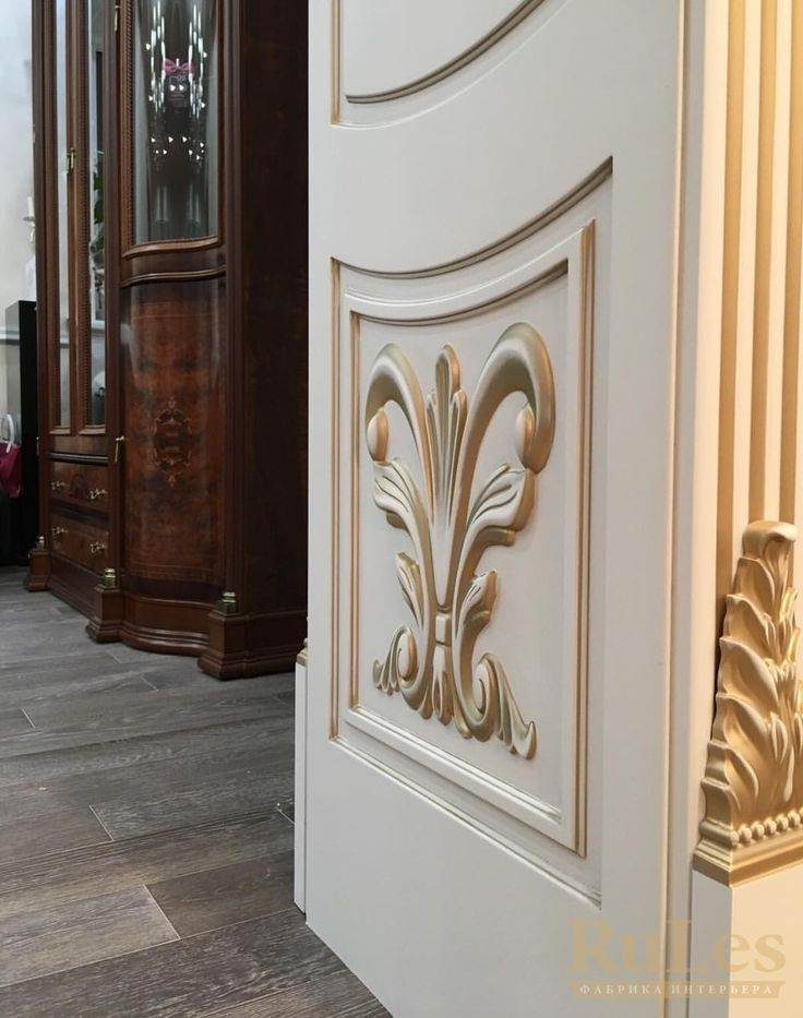 Портал с декорами в желтом золоте #двери #межкомнатные #рулес #интерьер #дизайн