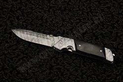 Нож ATCF buffalo от Bob Terzuola. Американский мастер ножевых дел Боб Терзуола неустанно продолжает развивать модельный ряд ножей ATCF. На этот раз он представляет нож ATCF buffalo. Можно не сомневаться, что, имея за плечами опыт в несколько десятков лет, он настолько отточил свое мастерство, что не может позволить себе сделать нож ненадлежащего качества. У этого ножа имеется упор для большого пальца, шайба для извлечения лезвия любой рукой.