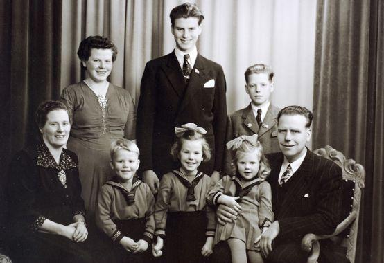 DigitaltMuseum - Familiebilde av familien Håland, Audnedal.