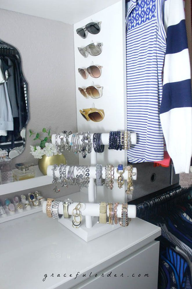 Eles servem para segurar chaves, para otimizar o espaço dentro de armários de cozinha ou de banheiro e, neste caso, também podem ser utilizados no seu cantinho de maquiagem para segurar seus óculos de grau ou de sol.