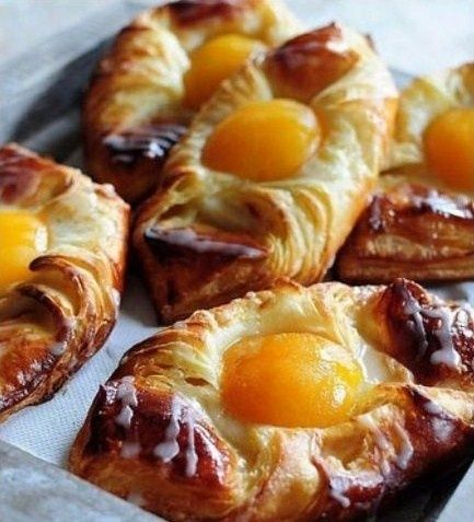 Découvrez les recettes pour faire de succulentes viennoiseries danoises, croissants, brioches, couques, torsadés.. Croissants feuilletés abricot. Source : La popotte de Manue Voir la recette croissants abricots