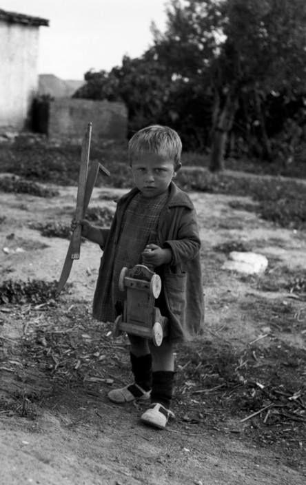 Το πολύτιμο απόκτημα, ένα ξύλινο αυτοκινητάκι. Κάπου στην Ελλάδα το 1948.