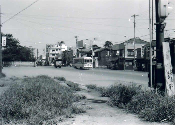 都電の走るのんびりとした目黒通り 現、庭園美術館の前、割烹「柳生」の前を行く都電。その「柳生」も、間もなくマンションに変わった。左側の石垣の一部は現在も存続している。  所在地:東京都庭園美術館前(白金台3丁目)  撮影年月日:昭和41年(1966年)5月