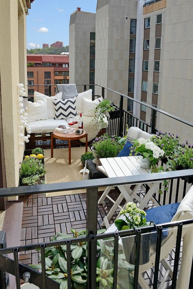Los muebles como mesas a la pared que se puedan plegar o cogines con doble funcionalidad darán un encanto y una funcionalidad multiuso que nos harán usar esa zona todo el verano
